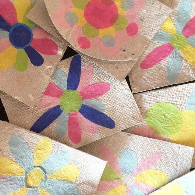 🇪🇸 Una de las cosas que estoy haciendo con mi papel reciclado son las tarjetas. ¡También uso mi pegamento hecho a mano! ¡Mira en mis historias (vlog de abril) cómo hacer eso!  También quiero hacer diseños de tarjetas con basura de plástico, pero el pegamento no funciona tan bien en plástico ... ¿alguien tiene una idea?  🇧🇷 Uma das coisas que estou fazendo com meu papel reciclado são os cartões. Eu uso minha cola feita por mim também!  Reveja minhas histórias (vlog de abril) como fazer isso! Estou planejando fazer designas de cartões com lixo do plástico também, mas a cola não funciona muito bem em plástico ... alguém tem uma ideia?  🇳🇱 Een van de dingen die ik van mijn gerecyclede papier maak, zijn kaarten. Ik gebruik er ook mijn zelfgemaakte lijm voor!  Kijk terug in mijn verhalen (vlog april) hoe je dat moet doen!  Ik ben van plan om ook kaartontwerpen te maken met afval, maar de lijm werkt niet zo goed op plastic ... iemand een idee?  🇬🇧One of the things I am making of my recycled paper is cards. I use my selfmade glue for it as well! Look back in my stories (vlog April) how to do that! I am planning to make card designs with plastic trash as well but the glue does not work that well on plastic... anybody an idea?