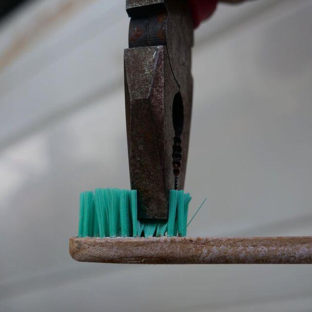 🇪🇸🇬🇧🇧🇷👇🏽 🇳🇱 Eén mens gebruikt gemiddeld 157 tandenborstels in zijn leven! dat is heel wat afval als je dat vermenigvuldigd met het aantal mensen op deze aarde! Mijn tandenborstel is helaas nog niet helemaal composteerbaar maar wel voor een heel groot deel  daarom trek ik de haartjes eruit voordat ik het overige gedeelte van bamboe, op de composthoop gooi! Wat voor tandenborstel gebruik jij?  🇪🇸 ¡Una persona usa un promedio de 157 cepillos de dientes en su vida! ¡Eso es mucho desperdicio si lo multiplicas por el número de personas en esta tierra!  Desafortunadamente, mi cepillo de dientes aún no es completamente compostable, pero en gran medida, ¡así que saco los pelos antes de tirar la parte restante de bambú a la composta! ¿Qué tipo de cepillo de dientes usas?  🇬🇧 A person uses an average of 157 toothbrushes in his life!  that's a lot of waste if you multiply that by the number of people on this earth!  My toothbrush is unfortunately not completely compostable yet, but to a large extent, so I pull the hairs out before I throw the remaining part of bamboo on the compost heap!  What kind of toothbrush do you use?  🇧🇷 Uma pessoa usa em média 157 escovas de dente na vida!  isso é muito desperdício se você multiplicar isso pelo número de pessoas nesta terra!  Minha escova de dentes infelizmente ainda não é completamente compostável, mas em grande parte, então eu tirou os cabelos antes de jogar o resto do bambu na pilha de compostagem!  Que tipo de escova de dente você usa?